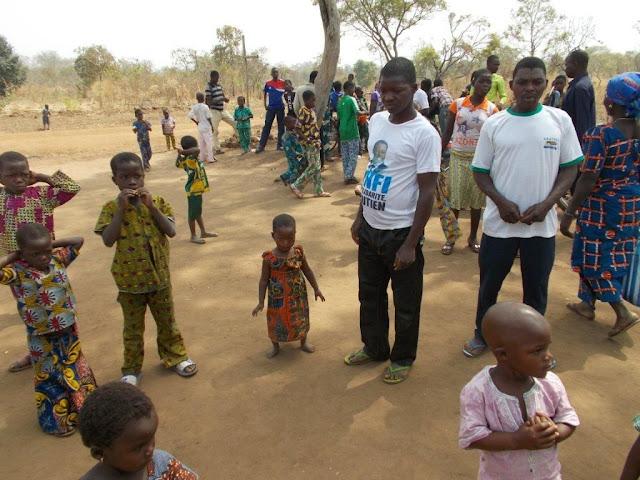 Ein kleines Mädchen aus Agba Wilga mit seinem Vater. Die Familie konnte sich die Behandlung nicht leisten,  das Mädchen würde körperlich wachsen aber geistig zurückbleiben. Jetzt hat es eine Chance mit anderen Kindern zu spielen und normal aufzuwachsen.