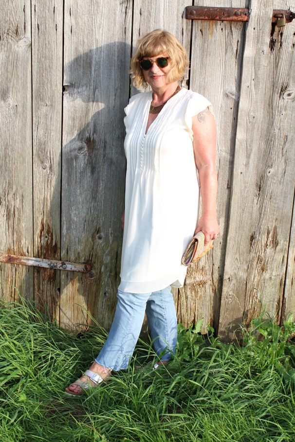 50plus-stil-cremeweisses-kleid-und-jeans-im-sommer