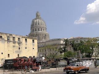 Kuba, Havanna, ausrangierte Dampflokomotiven hinter dem Kapitol, davor ein alter Straßenkreuzger