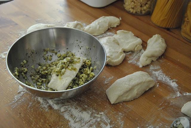 Teigteile in der Käsemischung wenden