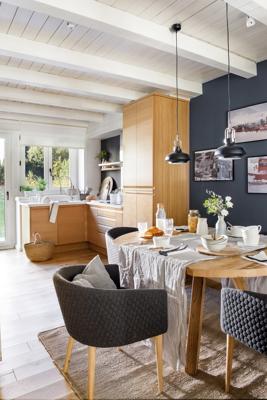 Królestwo szarości i drewna, wystrój wnętrz, wnętrza, urządzanie domu, dekoracje wnętrz, aranżacja wnętrz, inspiracje wnętrz,interior design , dom i wnętrze, aranżacja mieszkania, modne wnętrza, szare wnętrza, białe wnętrza, styl skandynawski, scandinavian style, kuchnia, kitchen, jadalnia, okrągły stół, drewniany stół, meble kuchenne, mała kuchnia,