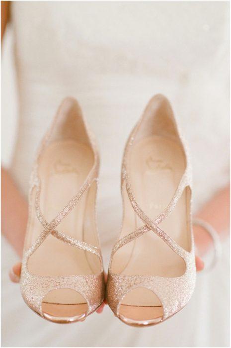 Sencillos zapatos de novia