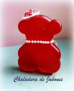 Jabón-osa-coqueta-tipo-Tous-en rojo-Chaladura-de-jabones