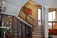 Ideas para ahorrar espacio debajo de la escalera bodega vinos