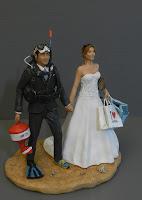 sposini torta nuziale sposo sub bombola maschera boa sposa shopping orma magiche