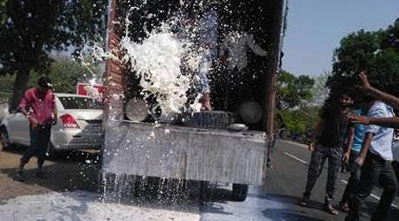सड़कों पर पानी की तरह बहा दिया दूध, फैंक दी क्विंटलों सब्जियां: किसान आंदोलन