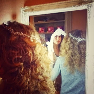 Teresa el dia de la prueba de su tocado de novia, una corona de cristales perfecta para su melena