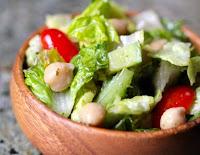 Salada de Alface, Pepino, Tomate-Cereja e Grão-de-Bico (vegana)