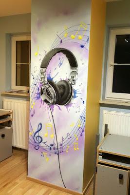 Muzyczny pokój nastolatka, mural 3D w pokoju dziecięcym, malowanie sciany w pokoju młodziezowym, motyw muzyczny, ciekawy pomysł na urządzenie pokoju dla dziecka, pokoje młodzieżowe