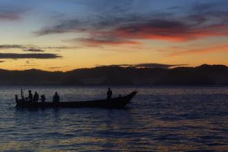 Paduan Sunrise, Perahu, dan Papuma yang Memesona