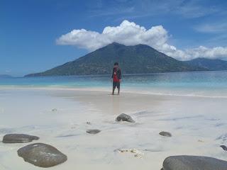Pemandangan Pulau Kepa dengan background pulau ternate