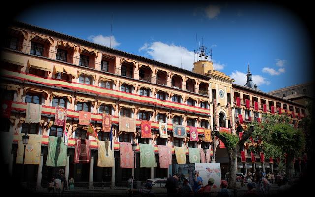 Plaza de Zocodover en el Corpus, Toledo adornado con tapices y banderas para el Corpus. Fiesta de Toledo. Los patios de Toledo abren al público por la festividad del Corpus