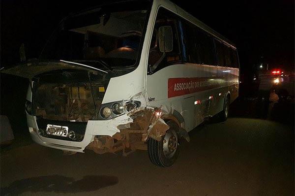 Em Vilhena carro e ônibus se envolvem em acidente e uma vítima é encaminhada ao hospital
