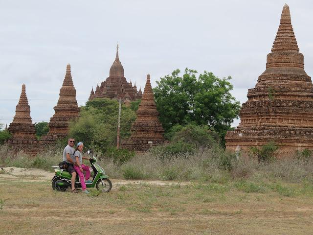 Templos de Bagán en moto