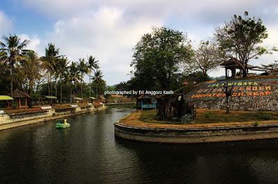 Kolam yang mengitari Benteng Pendem dijadikan wahana bermain.