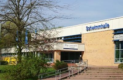 Blick auf den Eingang und die Treppe zum Eingang der Schwimmhalle Kaulsdorf.