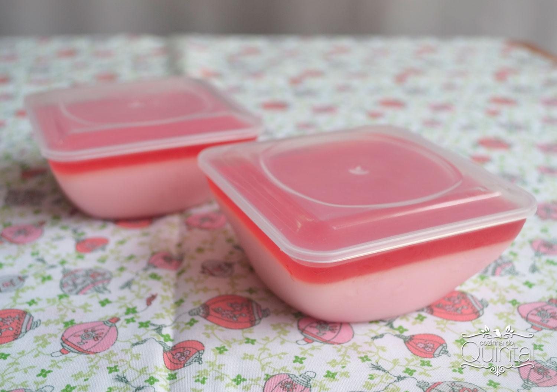 Musse de morango no pote quadrado da Mac Plásticos na Cozinha do Quintal