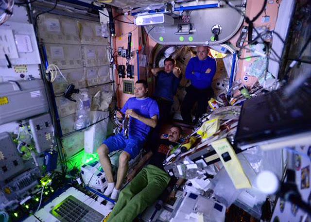 O proiecţie timpurie a filmului The Martian, în faţa echipajului de pe Stația Spațială Internațională