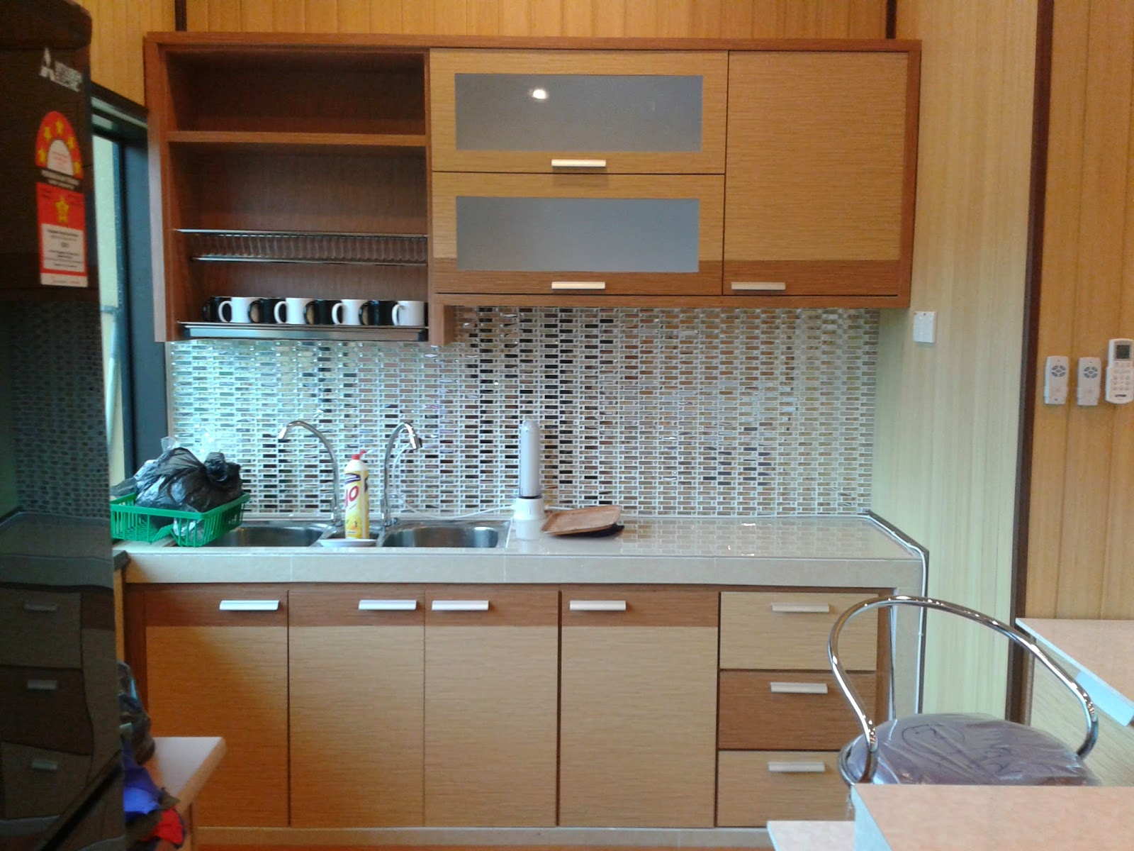 Kabinet Dapur Yang Berkonsep Moden Dilengkapi Dengan Rak Pinggan Dan Menggunakan Formica Berwarna Kayu