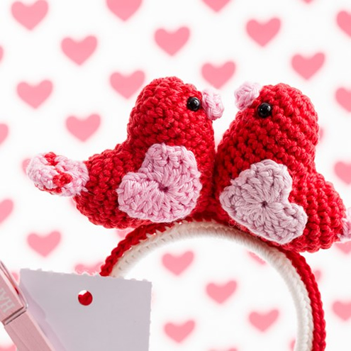 Valentine's Day Crochet pattern, love birds (photo by Woolytoons) | Happy in Red