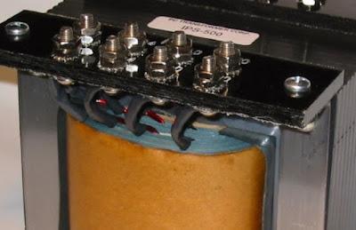 Jenis-Jenis Transformator - Pengertian Transformator adalah peralatan statis yang dimana terdiri dari rangkaian magnetik dan dua jenis atau lebih belitan.  Secara induksi elektromagnetik, mentransformasikan daya (arus dan tengangan) sistem AC ke sistem arus dan tegangan lain pada suatu frekuensi yang sama.  Arti transformator atau disebut Trafo menggunakan prinsip elektromagnetik yakni dengan hukum-hukum ampere dan induksi faraday.  Prinsip dasar suatu transformator adalah induksi bersama(mutual induction) antara dua rangkaian yang dihubungkan oleh fluks magnet.  Dalam bentuk yang sederhana, transformator terdiri dari dua buah kumparan induksi yang secara listrik terpisah tetapi secara magnet dihubungkan oleh suatu path yang mempunyai relaktansi yang rendah.  Kedua kumparan tersebut mempunyai mutual induction yang tinggi. Jika salah satu kumparan dihubungkan dengan sumber tegangan bolak-balik, fluks bolak-balik timbul di dalam inti besi yang dihubungkan dengan kumparan yang lain.  Hal demikian menyebabkan atau menimbulkan ggl (gaya gerak listrik) induksi (sesuai dengan induksi elektromagnet) dari hukum faraday, Bila arus bolak balik mengalir pada induktor, maka akan timbul gaya gerak listrik (ggl).  Jenis-Jenis Transformator Berkaitan dengan topik yang dikaji yakni cara menggunakan transformator yang sebagai alat untuk mengubah tegangan arus bolak balik menjadi lebih tinggi atau rendah.  1. Transformator Step-UP  Jenis transformator step up adalah transformator yang mempunyai lilitan sekunder yang lebih banyak dibandingkan dengan lilitan primer, sehingga dapat berfungsi sebagai penaik tegangan.  Pada umumnya, transformator kerap ditemui pada pembangkit tenaga listrik sebagai penaik tegangan yang dihasilkan generator menjadi tegangan tinggi yang difungsikan dalam transmisi jarak jauh.  Ciri-Ciri step-up: Jumlah lilitan kumparan primer selalu lebih kecil dari jumlah lilitan kumparan sekunder, (Np < Ns) Tegangan primer selalu lebih kecil dari tegangan sekunder, (Vp < V
