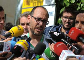 Germán Rodríguez ofreciendo la rueda de prensa improvisada