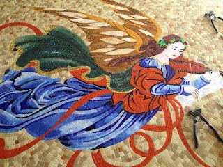 kıvrımlarıyla oldukça canlı duran melek mozaik,