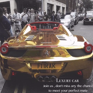 The gold version of Ferrari appeared in the streets of Losangeles, attracted many people taking pictures.