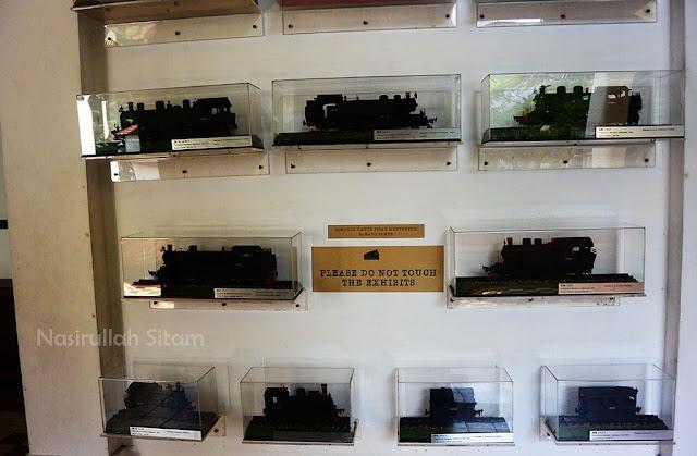 Miniatur Kereta Api terpajang di dinding