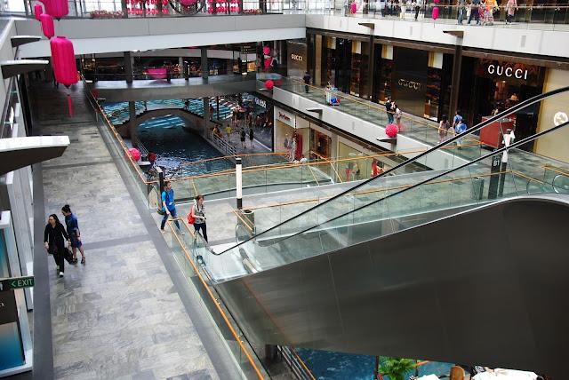 Rzeka i mostki w centrum handlowym w Singapurze