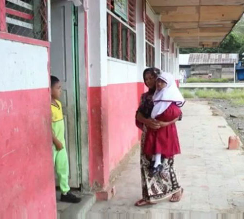 Nur Aysah siswi SD di Madina yang setiap hari digendong ibunya untuk pergi dan pulang sekolah