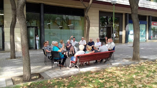 Usuaris d'Aviparc asseguts en cercle davant del Centre