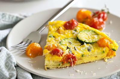 البيض بالكوسا والطماطم المشوية