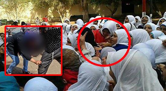 طالبتين بالإعدادية يتراهن على خلع بنطلون الخاسرة من لعب الكوتشينة في فناء المدرسة أمام الطالبات بمدرسة في دمياط