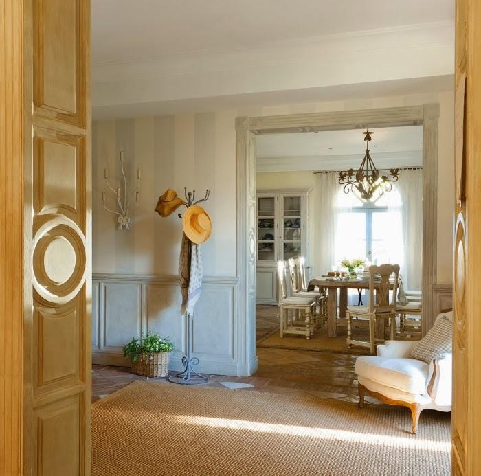 Dom w Hiszpanii z turkusowymi okiennicami, wystrój wnętrz, wnętrza, urządzanie domu, dekoracje wnętrz, aranżacja wnętrz, inspiracje wnętrz,interior design , dom i wnętrze, aranżacja mieszkania, modne wnętrza, styl francuski, styl rustykalny, jadalnia