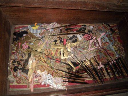 Beberapa wayang yang terbuat dari kayu, di antaranya: Jual Wayang Kulit Kuno Satu Peti / Kotak / Set   Jual