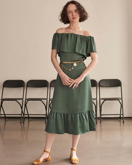 Зеленое платье с открытыми плечами и крупным воланом для фигуры груша