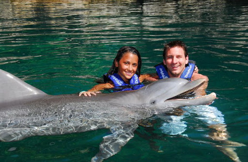Lionel Messi and girlfriend Antonella Roccuzzo pose with dolphins at Cancún