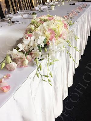 Manna Étterem esküvői főasztaldísz orchidea és rózsa