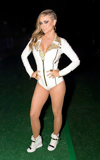 Carmen Electra Legs Show In Sports Shoes