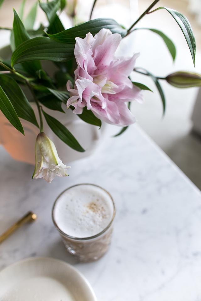 Villa H, ruusulilja, kahvihetki, sisustusinspiraatio, marraskuun lempeys