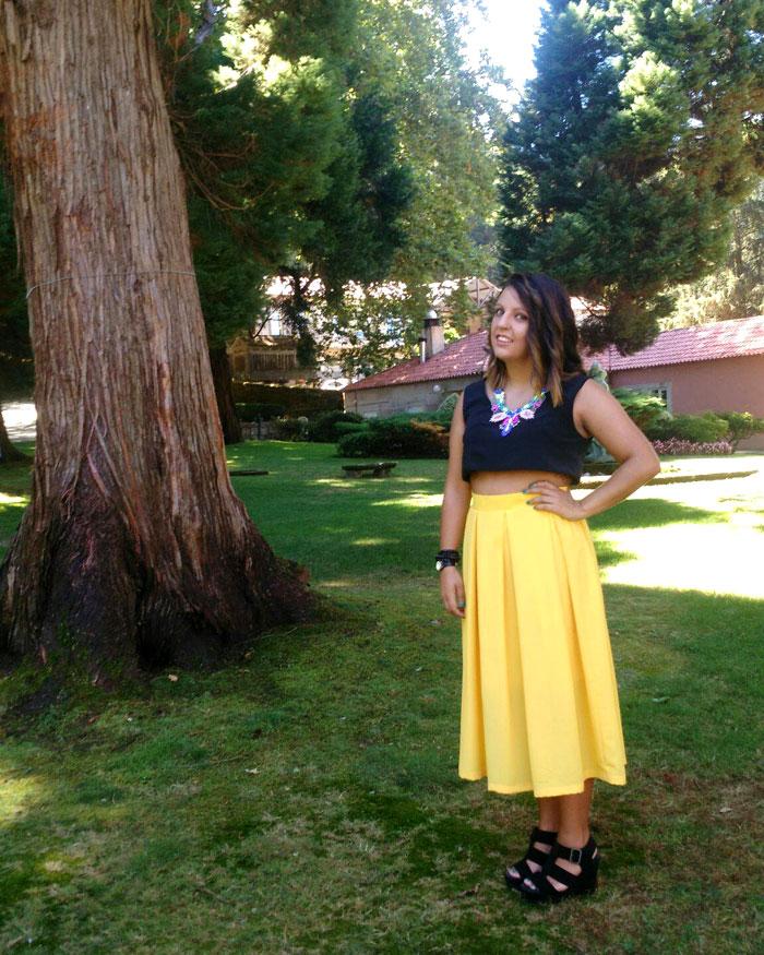 invitada perfecta boda falda midi amarilla crop top negro
