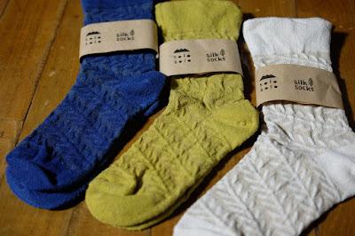 草木染め布もの屋solosolo 左から藍とカナムグラとオリジナルの靴下