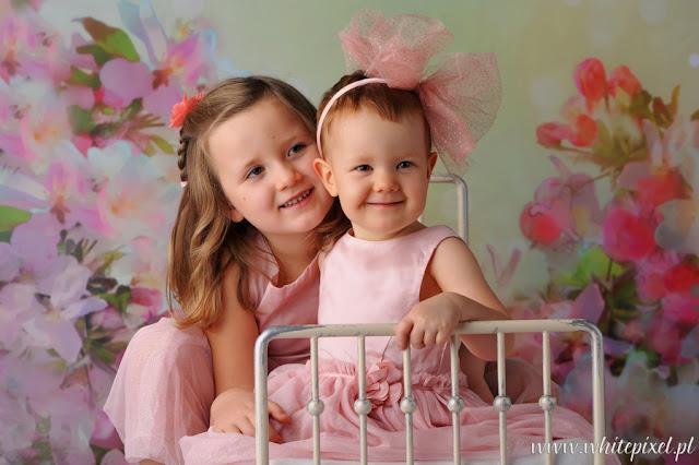 Małe dziewczynki na fotografii rodzinnej, pamiątka rodzinna, fotograf rodzinny Wrocław