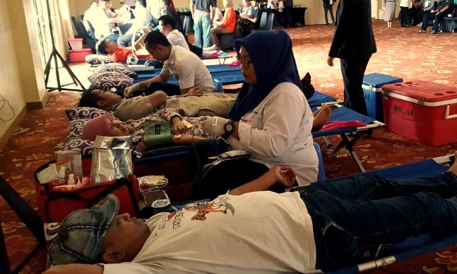 """Indikatormalang.com, - Badan Pengurus Cabang Perhimpunan Hotel dan Restoran Indonesia (BPC PHRI) Kota Batu bekerjasama dengan Palang Merah Indonesia (PMI) Kota Batu mengadakan Bakti sosial donor darah di Jambu Luwuk Resort Batu, Senin, (6/2/2017).   Kegiatan mengambil tema """"Be A Hero, Give Blood"""" merupakan salah satu kegiatan rutin BPC PHRI Kota Batu.   """"Ini merupakan salah satu program BPC PHRI Batu, yang mana kegiatan bakti sosial ini sudah menjadi rutinitas"""" Tutur Ketua Pelaksana Cece Diah.   Terkait tujuan, Cece menjelaskan bahwa selain sebagai bentuk kepedulian kepada sesama, kegiatan tersebut juga dijadikan ajang silaturahmi anggota PHRI Kota Batu."""