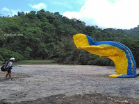 Paralayang di pantai pelang