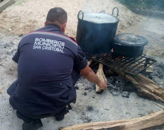 Bomberos de San Cristóbal deben cocinar con leña ante falta de gas