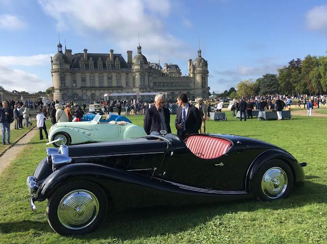 Talbot Lago special Roadster 150 mit Schloß Chantilly im Hintergrund