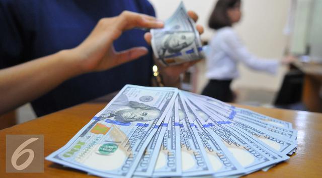 Borong Dollar Rupiah Anjlok