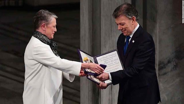 A presidente do Comitê do Nobel da Paz Kaci Kullman Five entrega ao presidente Juan Manuel Santos um Prêmio maculado pela corrupção